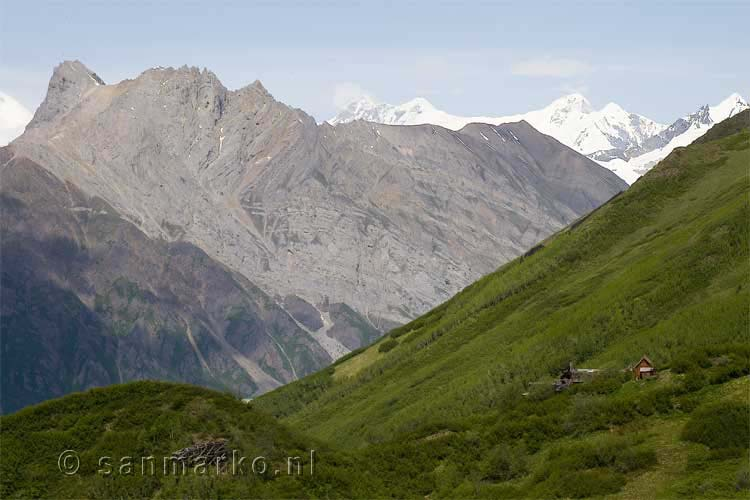 Donoho Peak in Alaska met Regal Mountain in de achtergrond