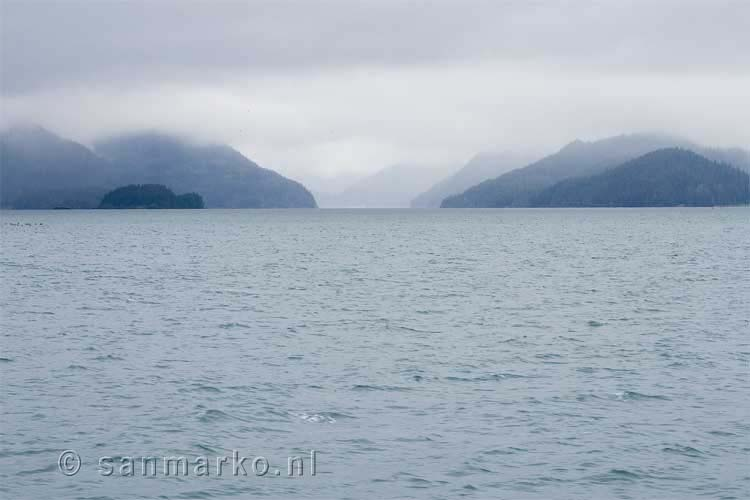 Een beetje bewolkt en mistig in Prince William Sound in Alaska