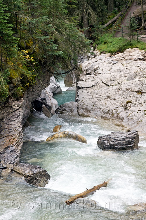 De mooie rivier in Johnston Canyon in Banff NP in Canada