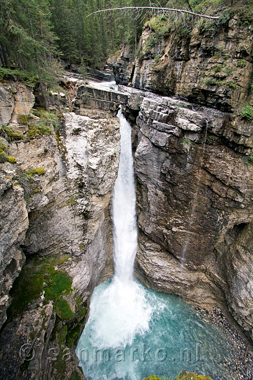 Een mooi uitzicht over de waterval in Johnston Canyon in Banff NP