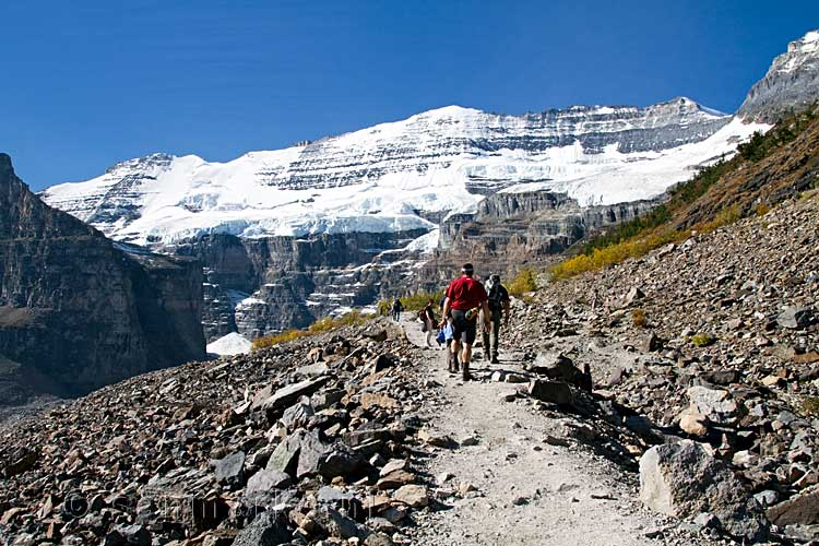 In de drukte wandelen we naar the Plain of the Six Glaciers in Banff NP