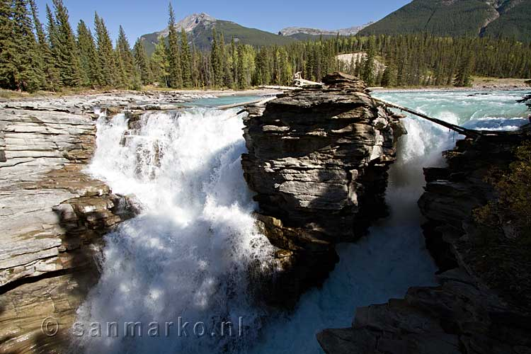 In de Athabasca River de Athabasca Fall onderweg over de Icefields Parkway