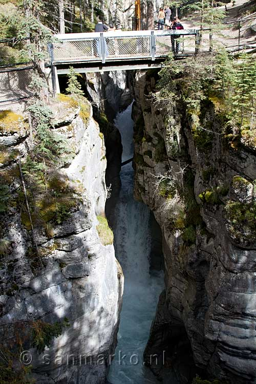 De derde brug over de waterval in Maligne Canyon in Jasper NP