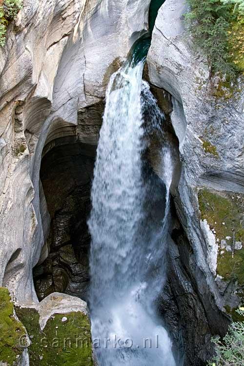 Een Van De Mooiste Watervallen In De Maligne Canyon In