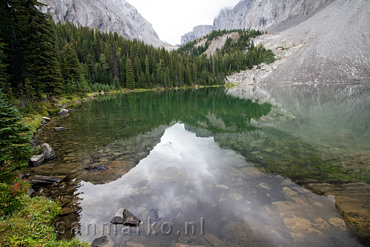 De weerspiegeling van de bergen in Chester Lake in Kananaskis Country