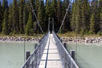 Wandelen over de hangbrug over de Kootenay River in Kootenay National Park