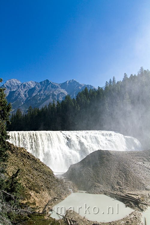 De Wapta Falls in de Kicking Horse River in Yoho National Park