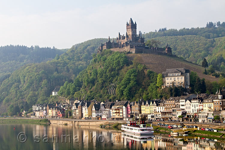 De Reichsburg Cochem Vanaf De Brug Over De Moezel In Duitsland