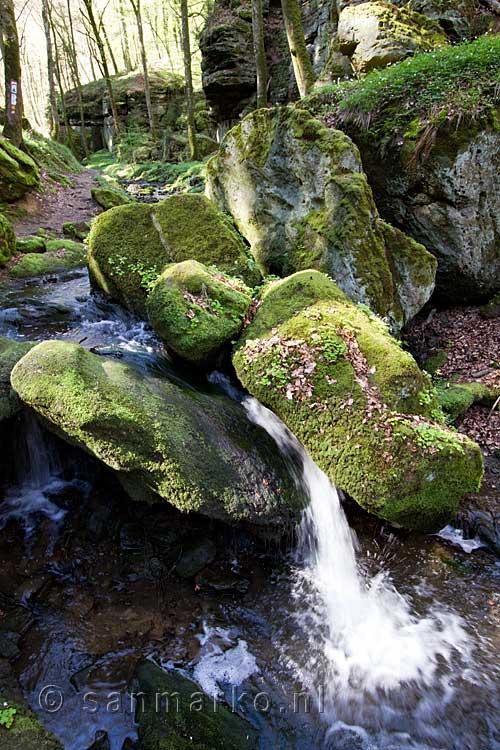 Grote Rotsen Zorgen Voor Een Kleine Waterval In De