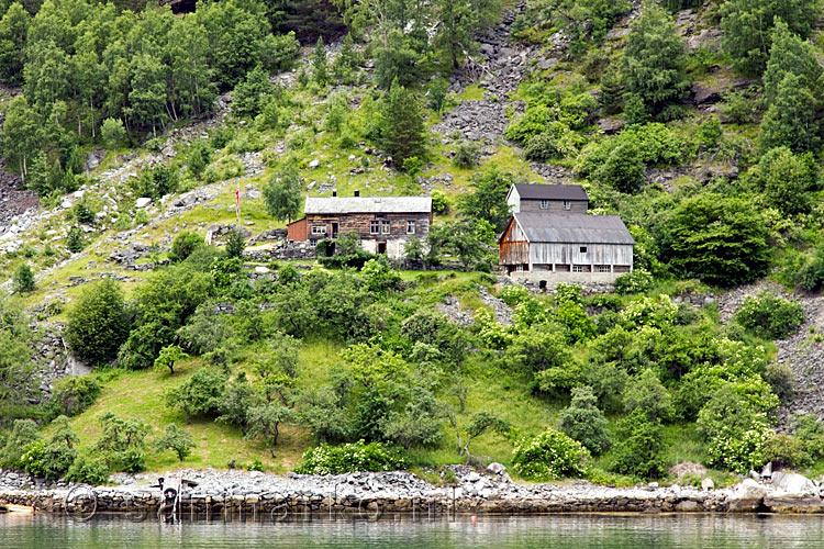 Een van de oude verlaten boerderijen in de bergen van het geirangerfjord bij geiranger en - Decoratie stijl van de bergen ...