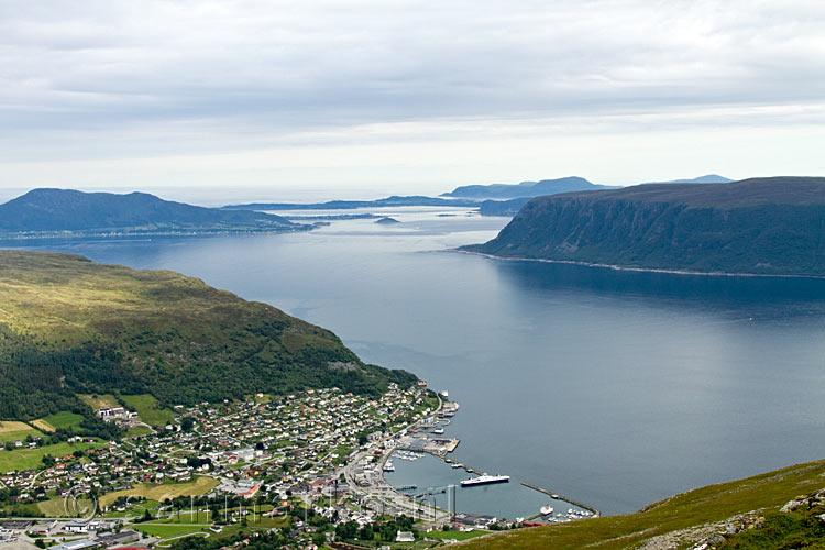 Uitzicht op hareid vanaf de top van de melshornet in noorwegen op hareidslandet hareidlandet - Uitzicht op de tuinman ...