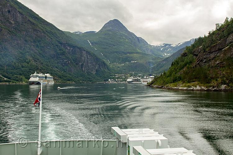 Vanaf de veerboot naar hellesylt het uitzicht op het geirangerfjord bij geiranger in noorwegen - Uitzicht op de tuinman ...