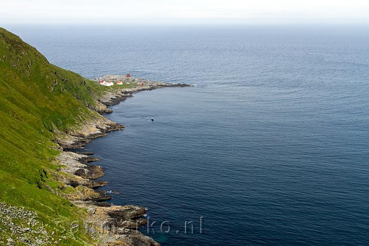 Vanaf het wandelpad het uitzicht op de vuurtoren van het vogeleiland runde in noorwegen runde - Uitzicht op de tuinman ...