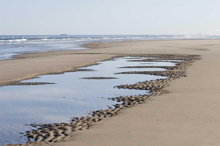 Tijdens het begin van de wandeling is het nog erg rustig op het strand van Terschelling   Huuske