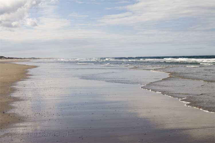 Het strand is nog steeds verlaten, het is rustig op Terschelling in september   Huuske van e
